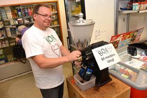 Rony Lundberg fixade kaffe åt besökarna.