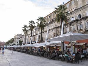 Bildtext 11: Hamnpromenaden Riva i Split är kantad av kaféer och restauranger.   Foto: Annika Goldhammer