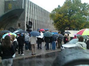 Paraply var lämpligt attribut för det tiotalet intresserade som trotsade invigningsregnet - men sedan blev det bättre väder!