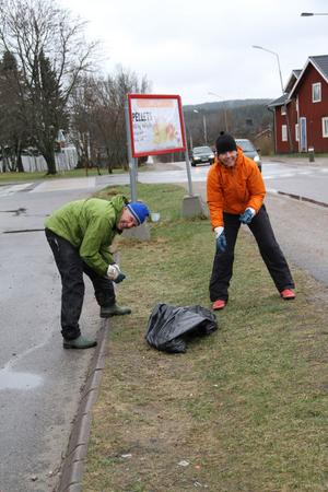 – En hel städdag kanske är mycket, men två timmar kan man offra på detta en lördag, tyckte Lars Berggren och Annika Hansson Berggren.