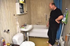 Magnus Thorell har fuktskador i badrummet.