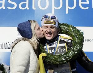 Eva Lif, ger Vasaloppssegraren 2005, Oskar Svärd, segerkyssen.