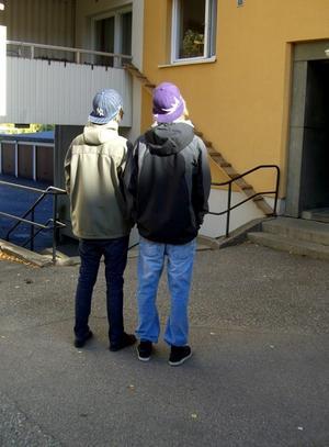 RÅNADES HÄR. Det var här på innegården efter Hamngatan i Sandviken som 15-åringarna Patrik Meleri och Oliver Sjudin blev rånade vid 19-tiden på måndagskvällen. En maskerad och beväpnad man hotade pojkarna med en revolver och tog Patriks vita EU-moped. Pojkarna vill inte visa sina ansikten för att inte bli igenkända av rånaren.