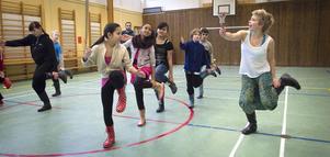 Fjärdeklassarna på Björkbergsskola fick en lektion i gummistöveldans.