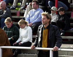 7. På fotboll. Wåhlstedt ser matchen VSK-Gunnilse IS  år 2000.