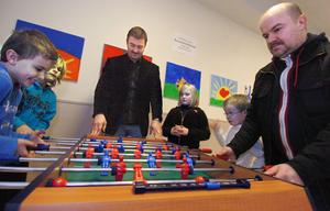 Eleverna David Larsson, Benjamin Bendayan, Matilda Sundell och Jonathan Larsson spelade fotbollsspel tillsammans med rektor Philippe Bendayan och föräldern Mats Larsson.