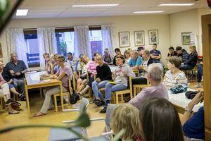 Lokalen Träffpunkten i Sundborn var full med personer som ville ställa frågor om den nya busstrafiken som träder i kraft på måndag. Många känner sig oroade över att busstiderna inte längre fungerar.