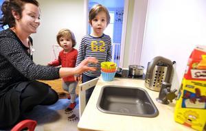 Lilly, 1,5, och Albin, 3,5, granskar förskolans renoverade lokaler.