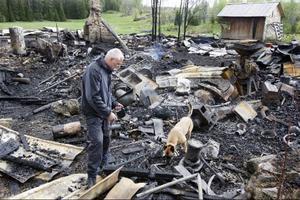 Leif Malmgrens brandhund Ölina gjorde flera markeringar att den hittat brandfarlig vätska bland resterna.