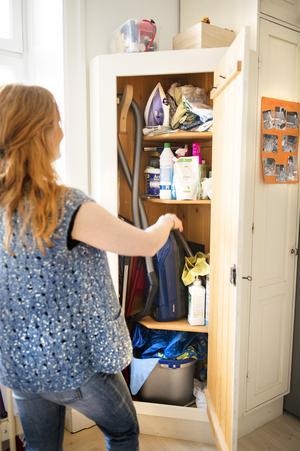 Pecka är händig och har platsbyggt ett städskåp eftersom det är en brist på förråd i lägenheten. Här får allt och lite till plats.