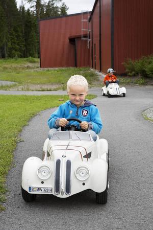 Albin Eklund, 5 år, tycker att elbilarna går lite för sakta.     – Jag vill köra fortare, säger Albin Eklund.