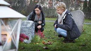 Emma Ritzén och mamma Eva Rasmussen tänder ett ljus vid Arne och Bojan Rasmussens vackra natursten.- Pappa var stenhuggare, säger Eva.