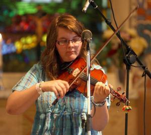 Högtidlig tystnad rådde bland bänkarna när det bjöds på somrig fiolmusik.