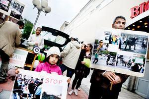 Med hjälp av plakat och bilder ville en grupp demonstranter informera om den pågående situationen i Iran.