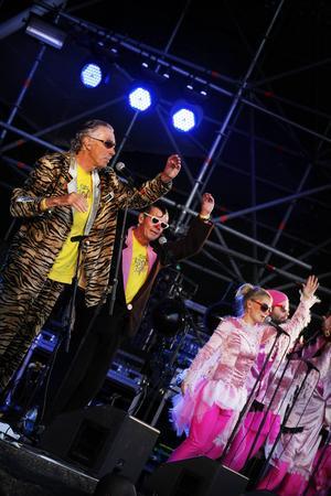 """Många rörelser blev det under konserten i Badhusparken. Som här, under """"Min piraja Maja""""."""