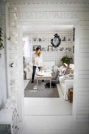 Golv, tak och väggar – huset har renoverats med varm hand och säker stil.