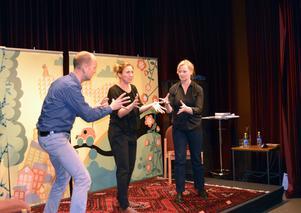 Per Wernolf, Kari Hamfors Wernolf och Johanna Härenstam improviserar utifrån scenerier som sätts av redan skrivna deckare.