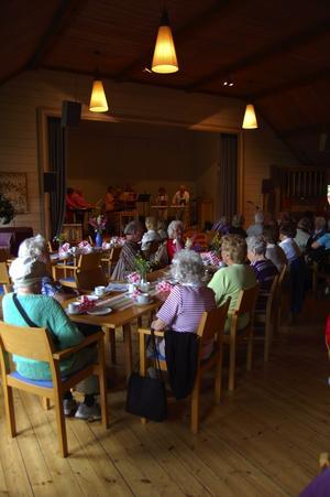 Försommarblommor på borden. Det kom cirka 80 personer till Diakonigruppens försommarkaffe i Församlingshemmet.