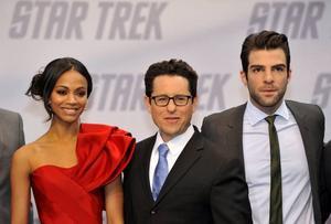 JJ Abrams flankeras av Zoe Saldana och Zachary Quinto som gör rollerna som Uhura och Spock i den nya filmen.Foto: Gero Breloer/AP/Scanpix