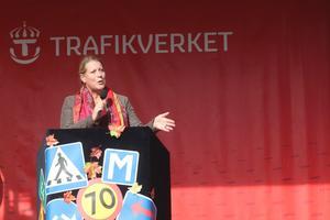 Betydelsen av säkrare vägar.  Om detta talade infrastrukturminsiter Catharina Elmsäter-Svärd när hon invigningstalade på en nyuppförd scen vid Dalahästen. Och den är mer känd än Avesta som det ställe alla stannar vid när de åker till fjälls, sa ministern.