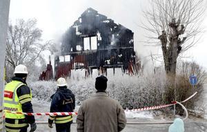 Det förstörda huset i Dalsbyn, Säter, dagen efter branden, bara ett par dagar in på det nya året.