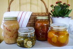 Från vänster äppelchutney, smörgåsgurka, morotssylt samt saffranspäron