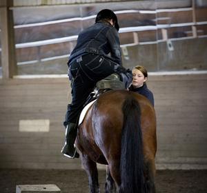 Runt 13 000 människor skadas årligen under ridning eller annan hästhantering. Sara Näslund som är ridlärare i Härnösand säger att olyckor är svåra att förutse.