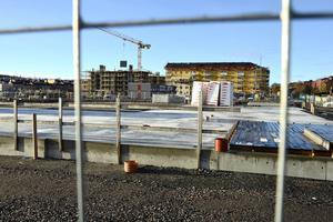 De nya äldreboendet på Norra kajen blir 26,5 miljoner dyrare. Kommunen riskerar även statsbidrag på drygt 20 miljoner.