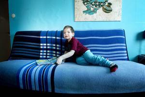 Caspian Harjula är fem år, väger över tjugo kilo men är psykiskt på samma nivå som ett barn som är ett och ett halvt år.