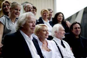 I trakterna utanför Ulricehamn i Västergötland pågår inspelningen av den tredje filmen om Änglagård. Nästan alla skådespelare från de två första filmerna är med även denna gång.
