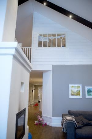 Takhöjden är nästan sju meter i vardagsrummet. Från pysselhörnan på ovanvåningen kan man titta ut genom ett fönster och ner på vardagsrumsdelen.