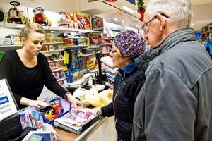 Göran och Ingeborg Larsson är på jakt efter julklappar till barnbarnen. Butikschefen Linda Nordström kontrollerar så batterier ingår i leksakerna.