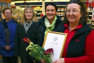 Monica Stark är årets kvinnliga företagare i Nordanstig. Eva Morsk, Pernilla Kardell och Helena Brink gratulerade.