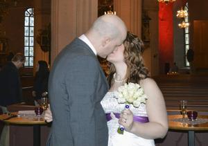 Vare sig den första eller sista kyssen för Jenny Stjernström och Magnus Jonsson i Tunakyrkan.
