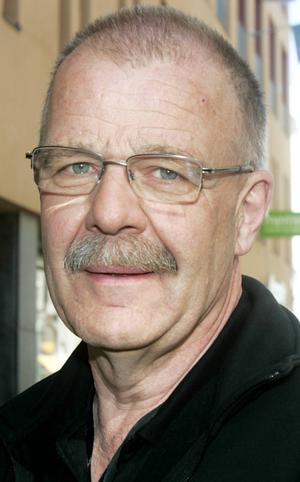 Bengt Clarin, 61 år, Brunflo:   – Ja, jag nyser och det kliar i ögonen. Jag stoppar i mig lite tabletter emellanåt och använder nässprej. Det beror på situationen, hur häftigt det är.