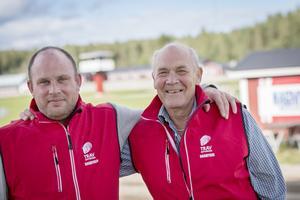 Mattias Frick och Lennart Wilhelmsson från Norra Hälsinglands Travsällskap gläds över samarbetet och den framtida rallycrossbanan på Hagmyren.