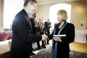 Gävlebon Kjell Hertzman blev på tisdagen prisad av landshövdingen Barbro Holmgren, tillika styrelseordförande i Gästriklandsfonden. Hedvig Ulfsparres minnesgåva och 15 000 kronor fick han för sin omfattande historiesamling om Strömsbro, som han ofta delar med sig av.