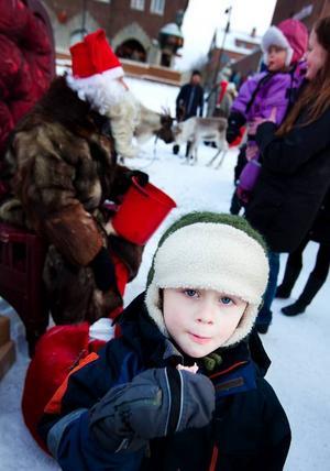 Oskar Karlberg, 4 år, från Siljansnäs i Dalarna var på besök hos mormor i Östersund. Och då passade de på att hälsa på jultomten som bjöd på godis på Stortorget.