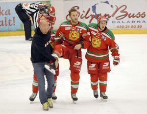 Tomas Larsson får här hjälp av isen från läkaren Thomas Marnéus och Jonas Westerling.