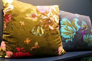 Mönsterdesigner Eva Busk har tagit fram det här mönstret på sammetstyg  för möbler och inredning.