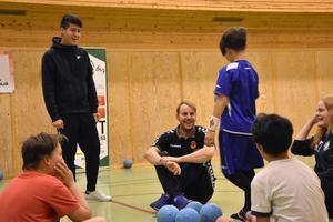 Oscar Westerlind från Brännan HF visade upp handbollen på asylboenden i Härnösand.