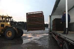 UPP. En av de fyra sista pallarna på väg upp i lastbilen.