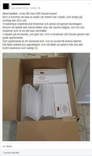 Under Stadsfesten var SUDC aktiva och delade ut information. Här kan man se förberedelser från ledaren för dawahverksamheten i Gävle. Foto: Facebook