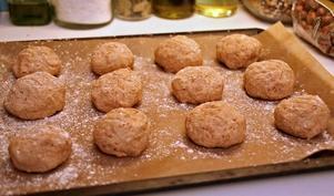Baka inte för stora bröd om du har råg i degen. Portionsbröd från frysen gör att brödet aldrig hinner bli torrt.
