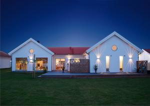 Huset sett mot söder med de  stora fönstren som släpper in mycket ljus.