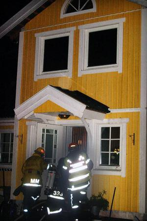Brandkåren i Gällö bekämpade branden i familjen Perssons villa i Fanbyn. Foto: Ingvar Ericsson