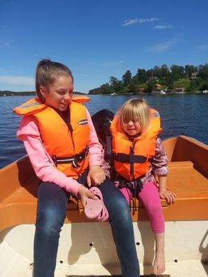 Systrar på sjön.