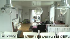 I matsalen ryms stort matsalsbord med plats för många och med högt i tak upplevs huset ännu större. Det mesta i huset är vitt men i köket och matplatsen sitter en vackert blå tapet med rosa blommor som lyfter hela rummets atmosfär.