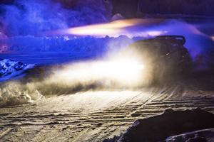P-G Andersson, Årjäng, sladdade fram så snön yrde inför den månghövdade publiken på Östersunds skidstadion när SM-tävlingen Östersund Winter Rally öppnades på fredagkvällen. Den välmeriterade storfavoriten var snabbast på båda sträckorna och leder också efter första dagen.