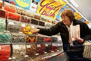 Påsken är den stora godishelgen för svenskarna. Påskäggen måste fyllas och lösviktsgodis står högt i kurs. Christa Andersson är en av många som handlar lite extra godis till just den här helgen.